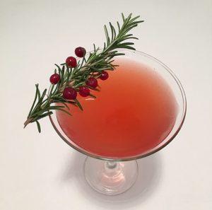 Punainen cocktail leveässä lasissa
