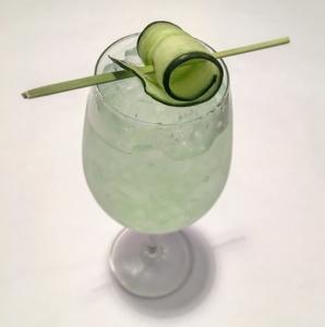 Vaaleanvihreä drinkki kurkun viipale koristeena