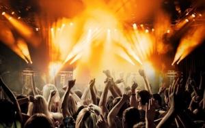 Yleisöllä kädet ylhäällä konsertissa