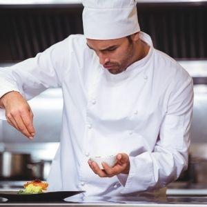 Keittiömestari viimeistelee annoksen